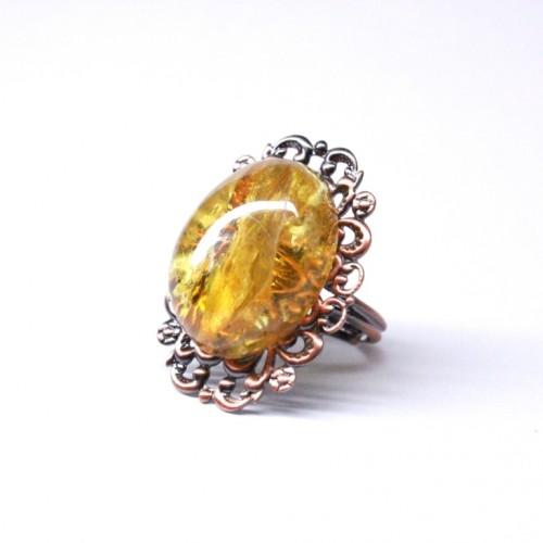 Antīka stila gredzens ar dzeltenas krāsas ovālas formas dzintaru