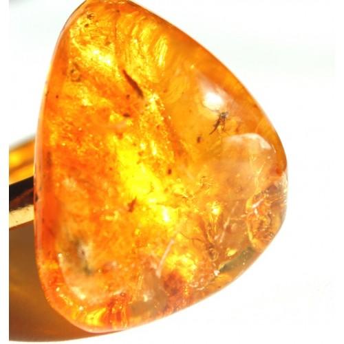 Zelta krāsas gredzens ar dzeltenas krāsas dzintaru ar insektu iedzintarojumiem