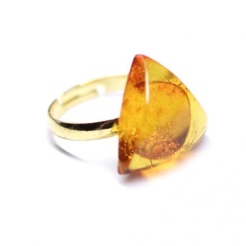 Zelta krāsas trīstūra formas gredzens ar dzeltenas krāsas  dzintaru