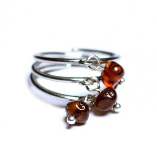 Sudraba krāsas gredzens pielāgojams ~18 mm ar tumša konjaka krāsas dzintara lodītēm