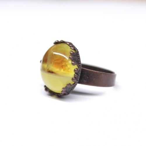 Antīka stila gredzens ar sviesta un dzeltenas krāsas dzintaru